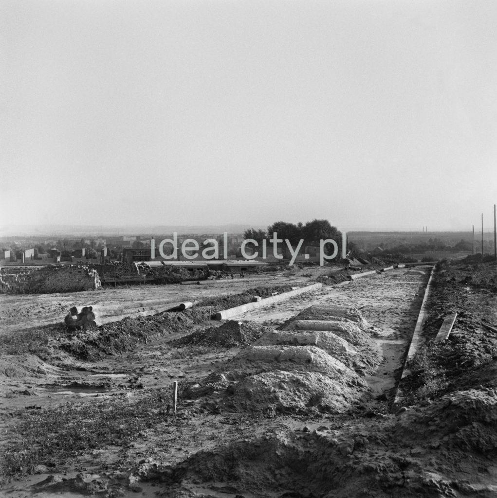 Teren budowy drogi biegnącej przez otwarty teren.