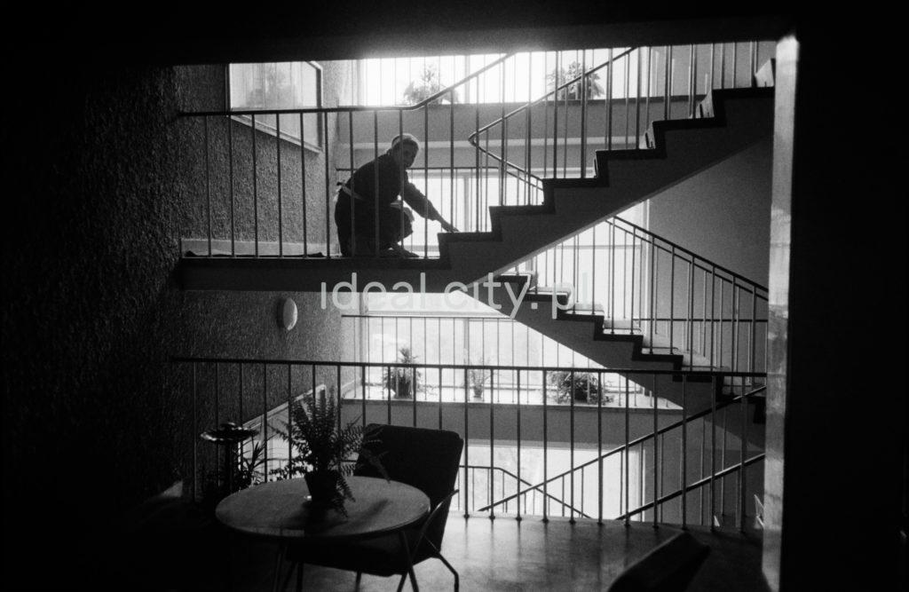 Sprzątaczki myją schody w hotelu, ujęcie pod światło.