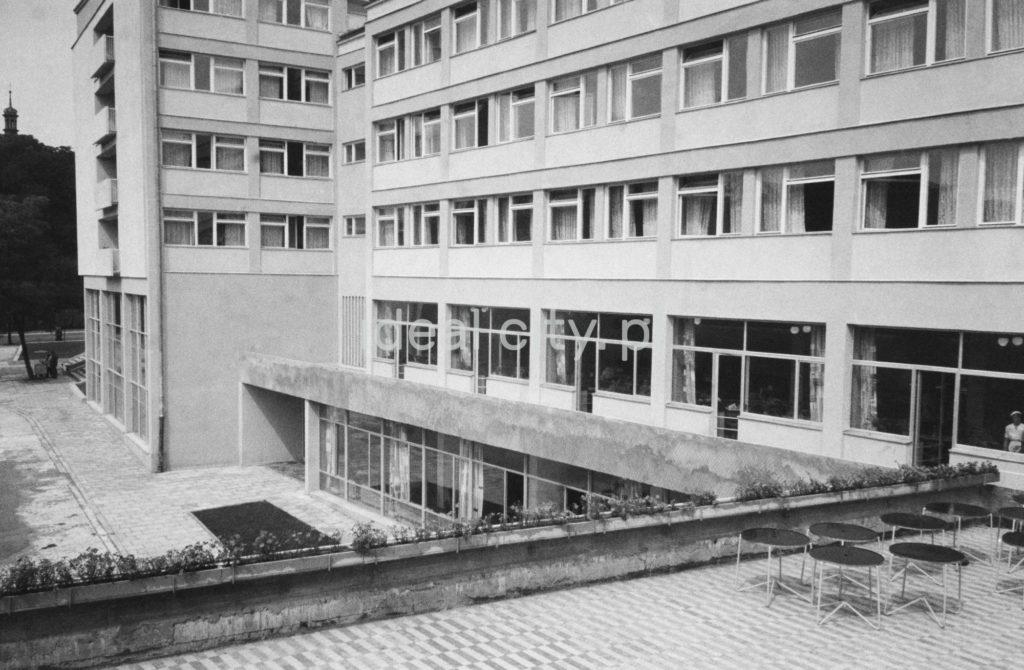 Ujęcie z wysokości pierwszego piętra na fsadę modernistycznego hotelu.