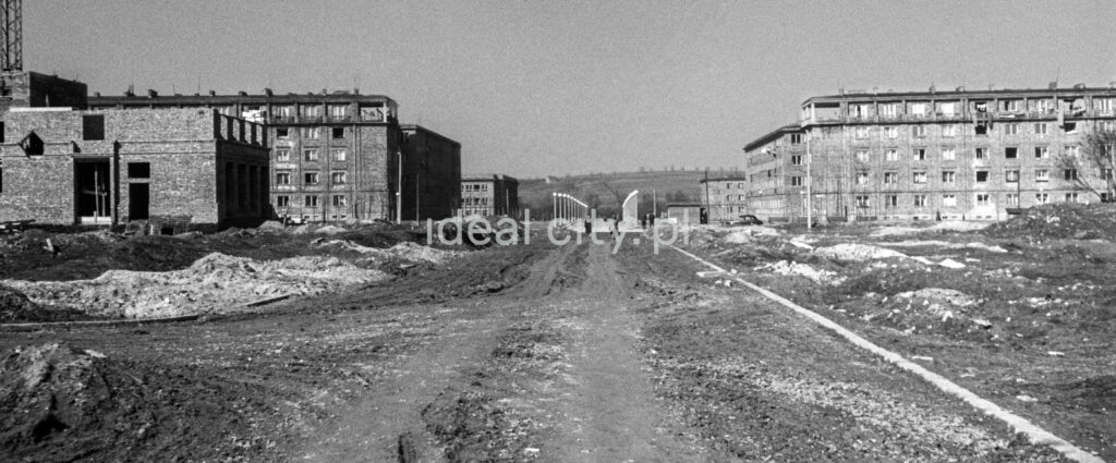 View of the excavated road in the perspective of which residential buildings are visible.