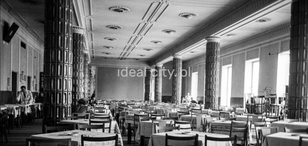 The perspective of the monumental interior of the restaurant, tables in the background and individual customers.