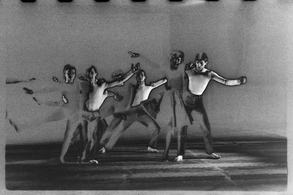 Tancerze baletu form nowoczesnych na scenie. Obraz zniekształcony wskutek procesu solaryzacji.