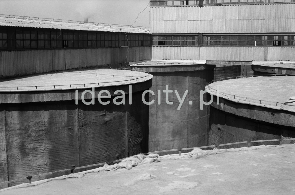 Widok z wysokości na pionowe, betonowe walce