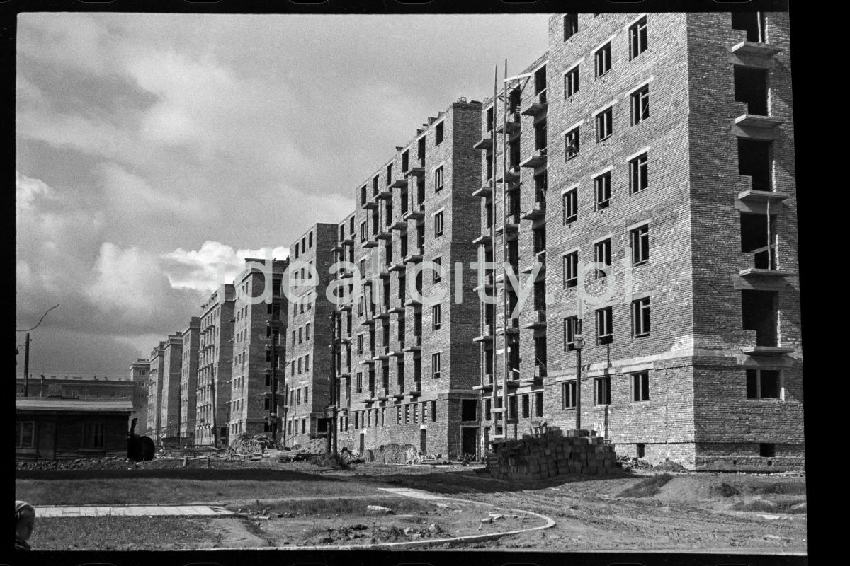 Widok na świeżo wybudowany blok z cegły w stanie surowym.