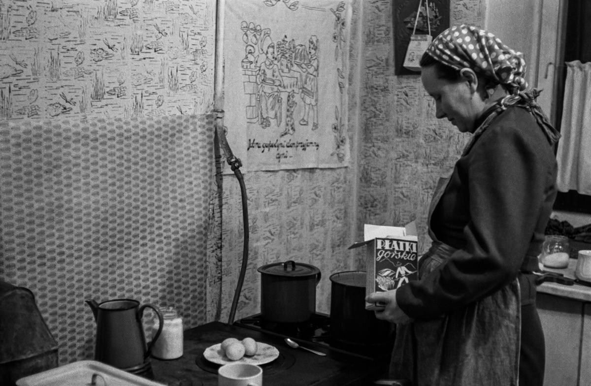Pierwszy posiłek w nowym mieszkaniu, Osiedle Wandy, początek lat 50. XXw.  fot. Wiktor Pental/idealcity.pl