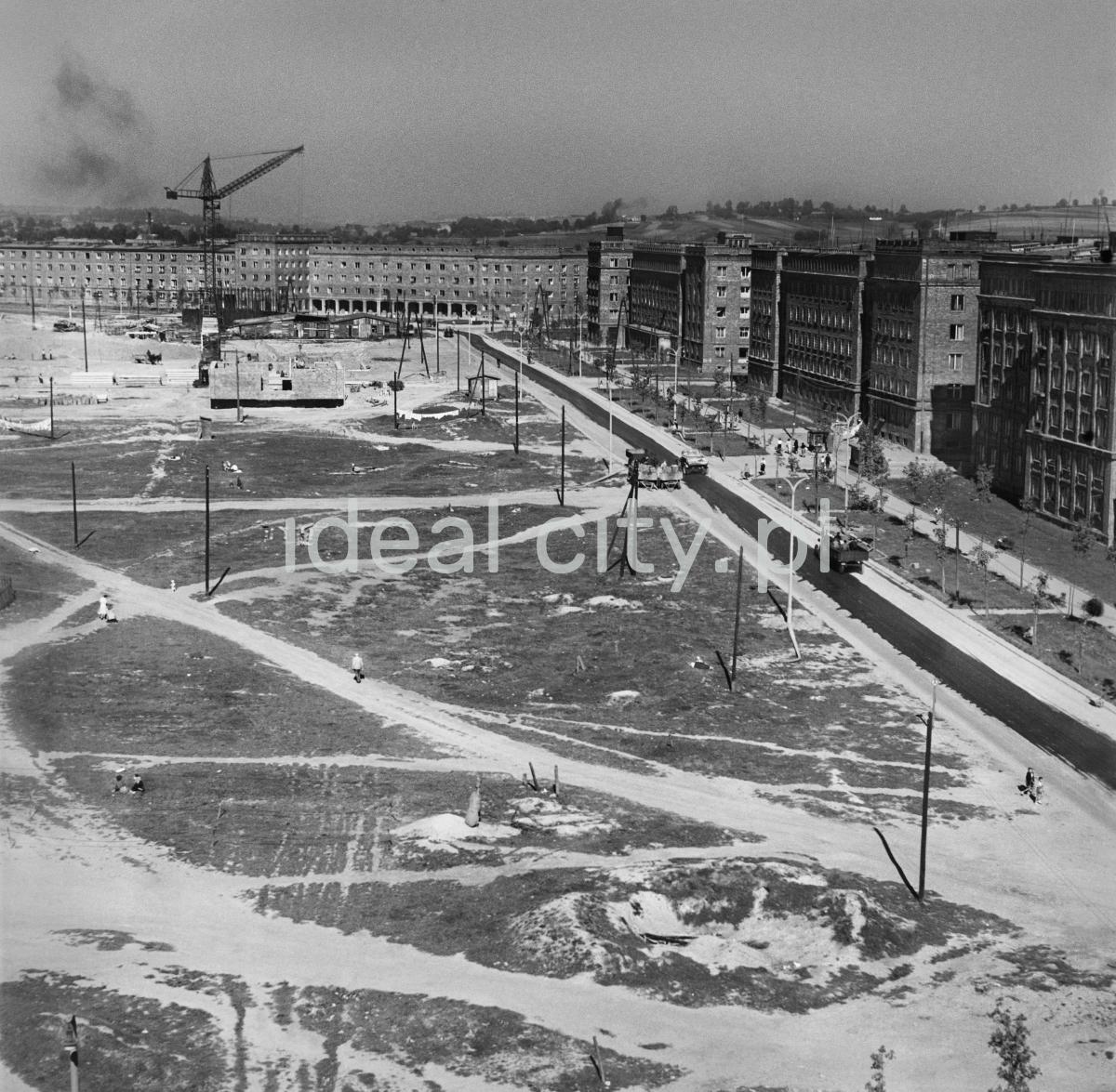 Widok z góry na plac pod budowę noweg osiedla. W perspektywie i po prawej ukończona zabudowa.
