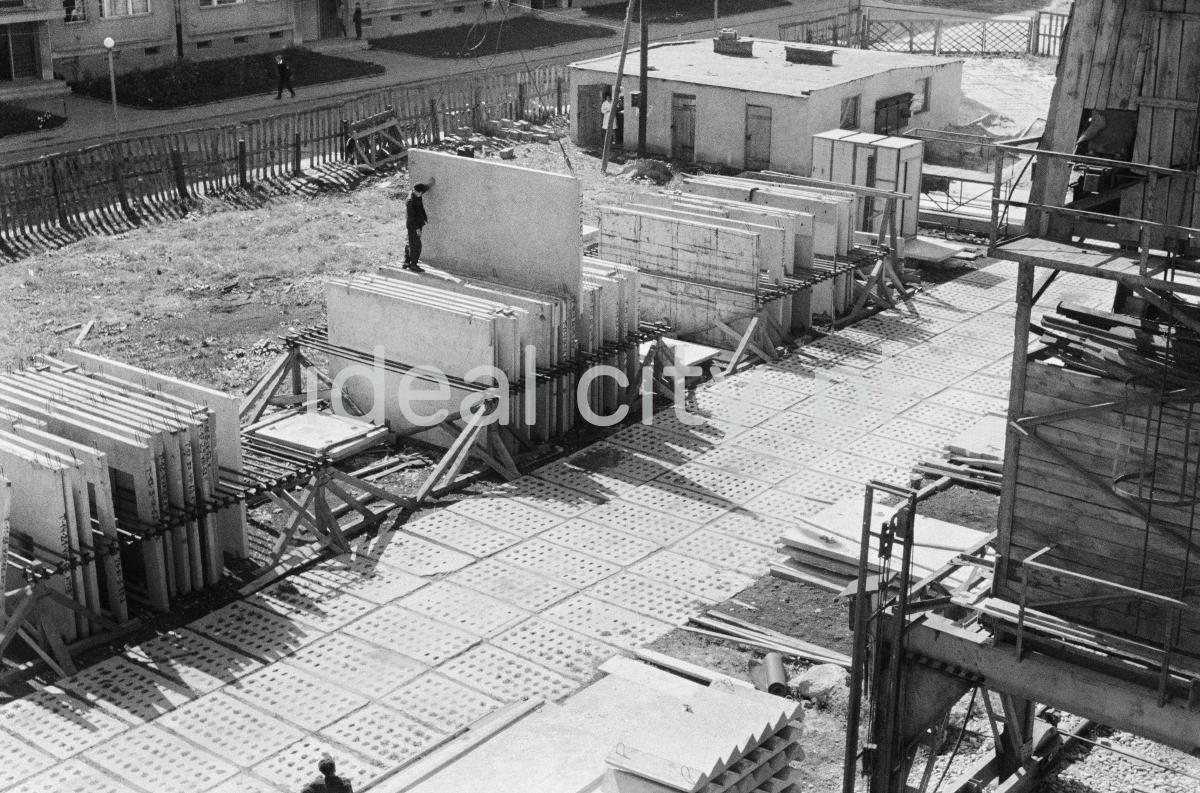 Widok z góry na składowisko prefabrykowanych płyt konstrukcyjnych.