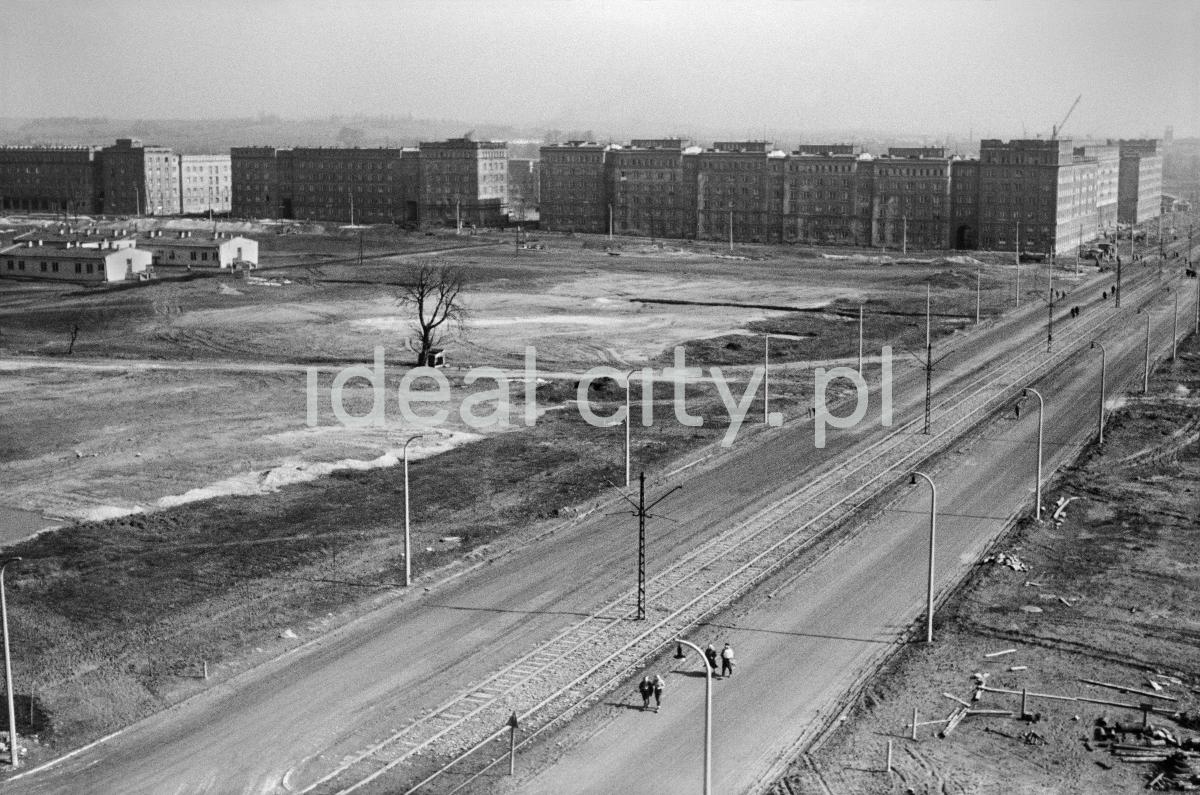 Widok z góry na plac budowy przyszłego osiedla. W tle socrealistyczna zabudowa.
