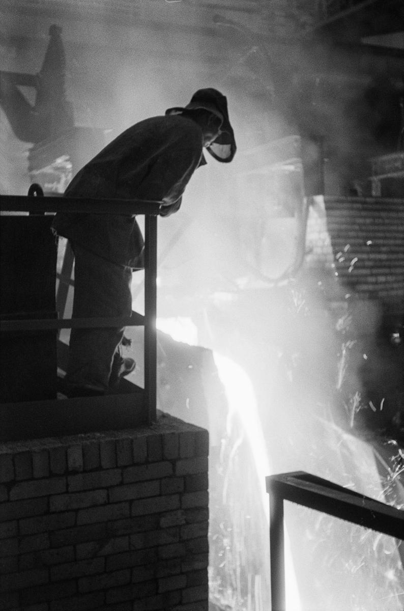 - Kombinat metalurgiczny im. Lenina, wielki Piec, hala lejnicza, wlewanie surówki do kadzi surówkowej, lata 60.  fot. Henryk Makarewicz/idealcity.pl