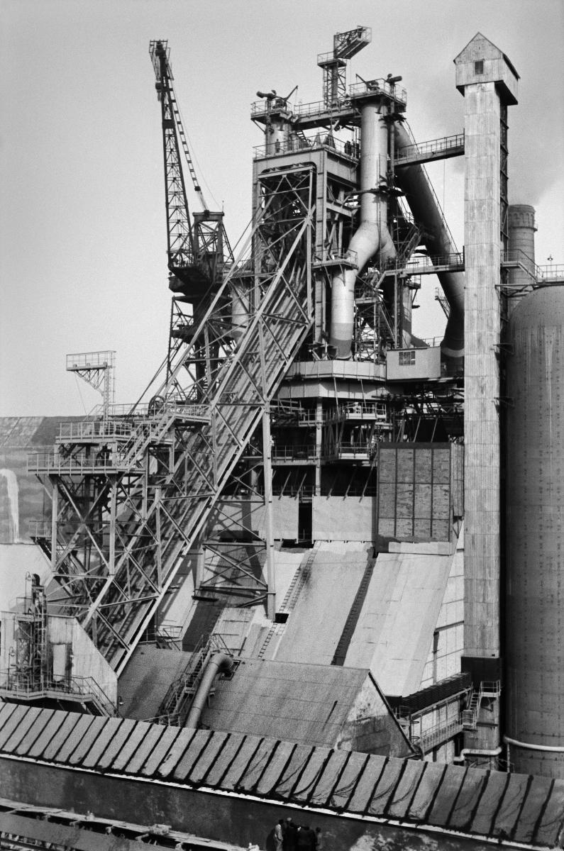 Kombinat metalurgiczny im. Lenina, rejon Wielkiego Pieca, lata 60. Huta rozpoczęła swoja działalność produkcyjną 22 lipca 1954 roku, kiedy zadmuchano Wielki Piec nr 1. Drugi Wielki piec uruchomiono 1 maja 1955 roku, kolejny, nr 3, rozpoczął pracę 3 sierpnia 1958 roku. Piec nr 4 uruchomiono 16 grudnia 1961 roku, a Piec nr 5 o objętości 2000 metrów sześciennych uruchomiono 20 grudnia 1966 roku.    fot. Henryk Makarewicz/idealcity.pl
