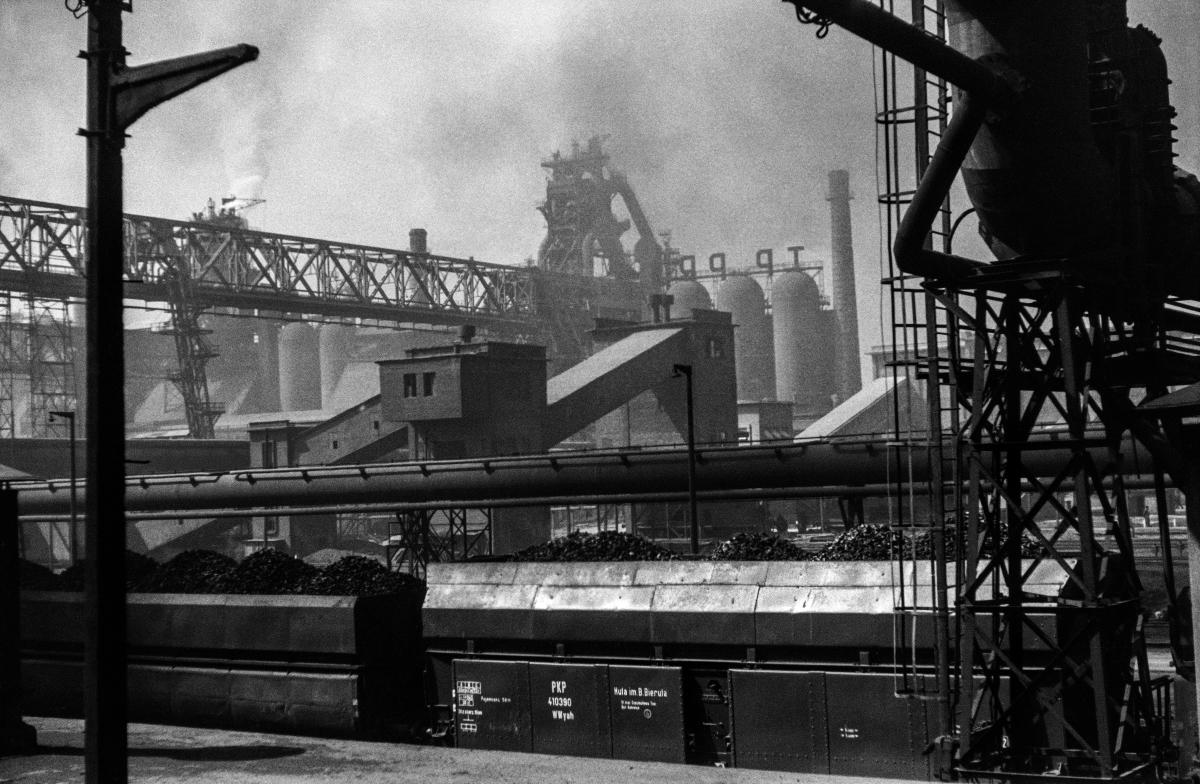 Kombinat metalurgiczny im. Lenina, rejon Wielkiego Pieca z mostami przeładunkowymi, lata 60. XXw.  fot. Henryk Makarewicz/idealcity.pl