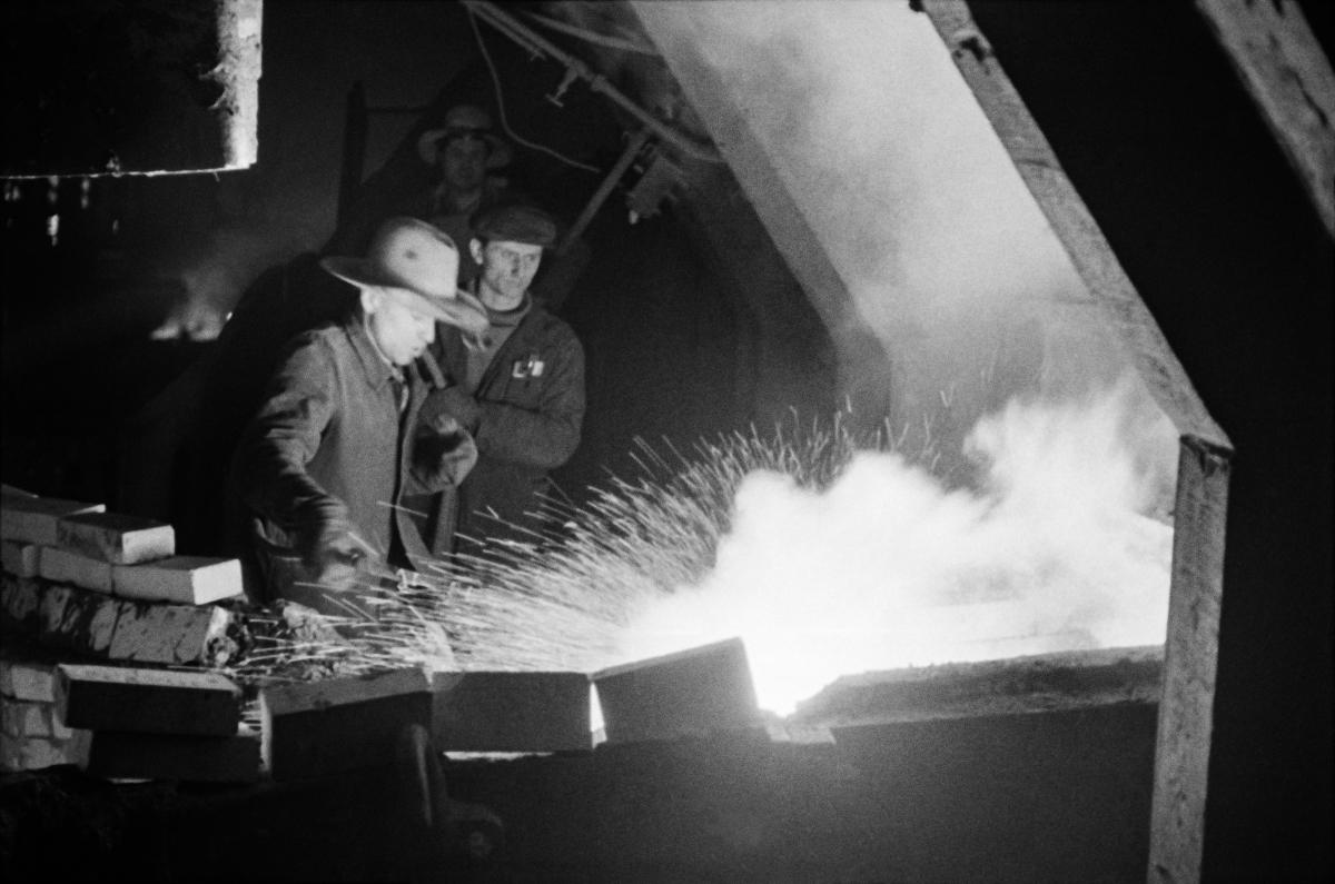 Kombinat metalurgiczny im. Lenina, Wielki Piec – przebijanie otworu spustowego w gardzieli Wielkiego Pieca, lata 60.   fot. Henryk Makarewicz/idealcity.pl