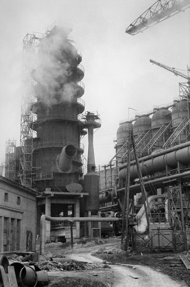 Kombinat metalurgiczny im. Lenina, rejon Wielkiego Pieca nr 3, lata 60.  fot. Henryk Makarewicz/idealcity.pl