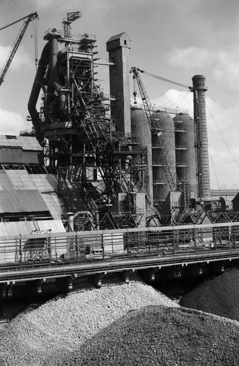 Kombinat metalurgiczny im. Lenina, rejon Wielkiego Pieca, lata 60. XXw.  fot. Henryk Makarewicz/idealcity.pl