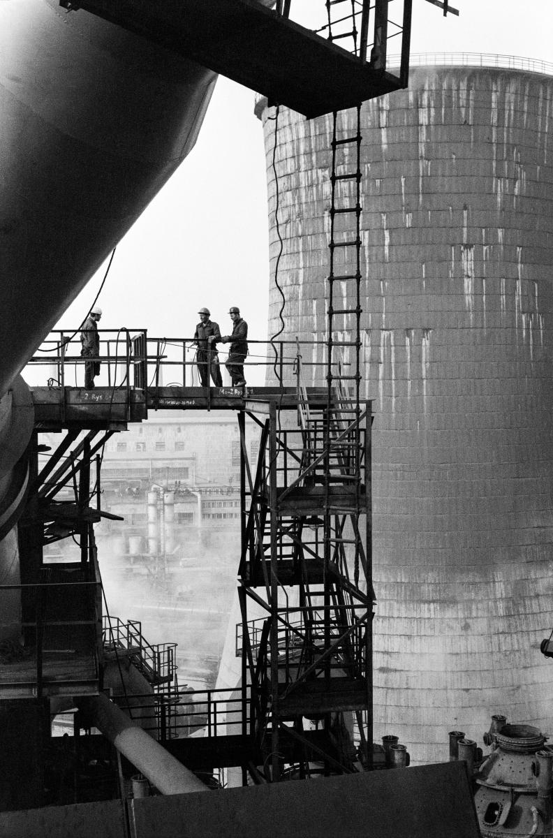 Kombinat metalurgiczny im. Lenina, rejon Wielkiego Pieca ze zbiornikiem chłodni kominowej, lata 60.  fot. Henryk Makarewicz/idealcity.pl