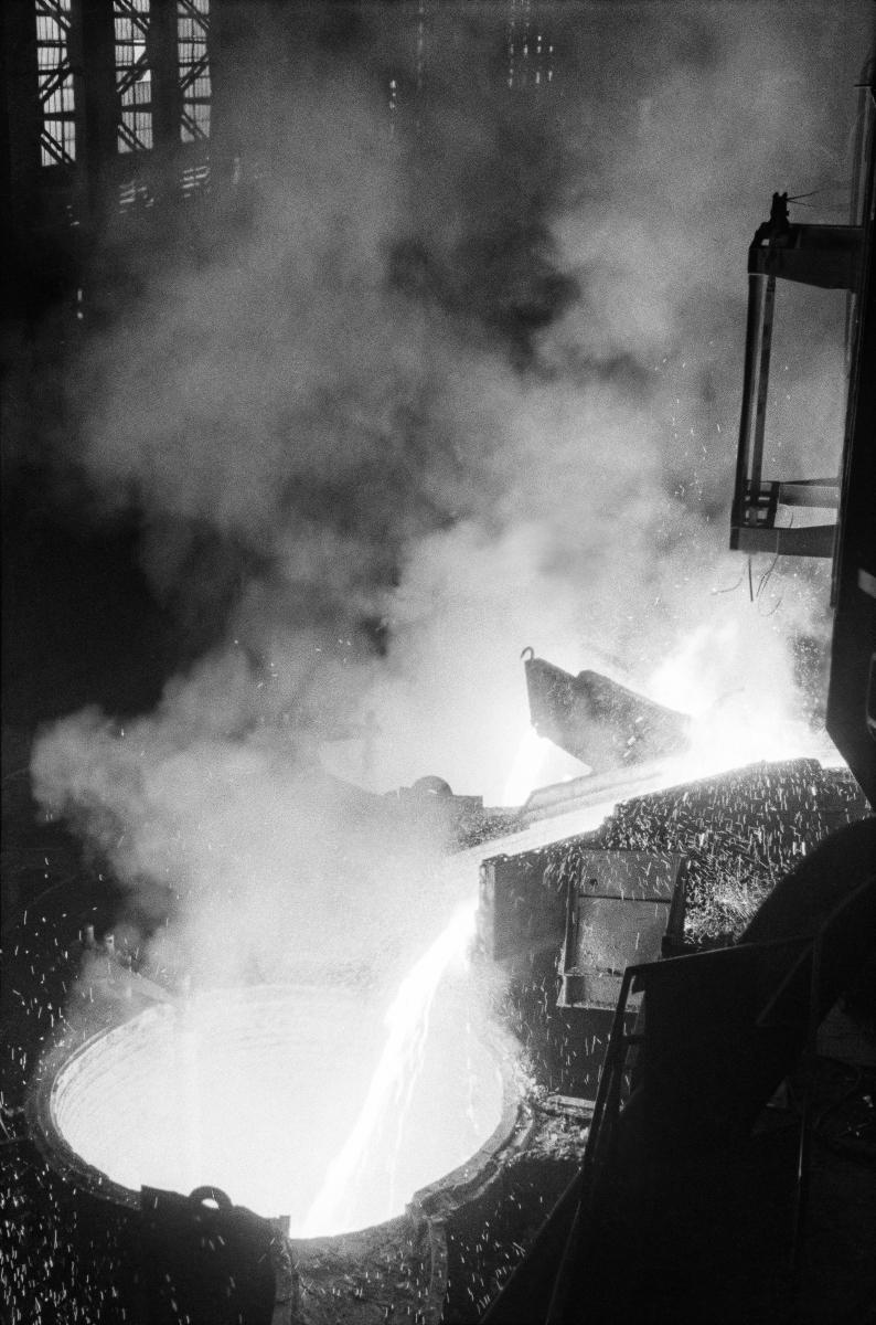 Wnętrze Stalowni Martenowskiej, hala pieców martenowskich, zalewanie pieca martenowskiego surówką z kadzi surówkowej, lata 60. Stalownia Martenowska została uruchomiona w lutym 1955 roku, ostatni – dziesiąty piec – wybudowano w 1961 roku.   fot. Henryk Makarewicz/idealcity.pl