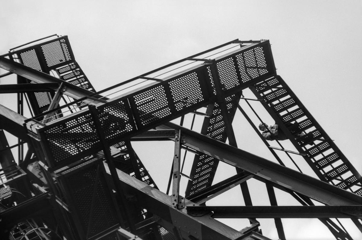 Kombinat metalurgiczny im. Lenina, rejon Wielkich Pieców, stalowe pomosty, lata 60.  fot. Henryk Makarewicz/idealcity.pl