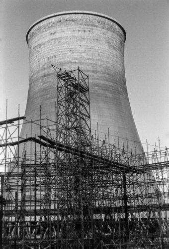 Kadr z serii dokumentującej budowę nowej chłodni kominowej na tle już istniejącej.
