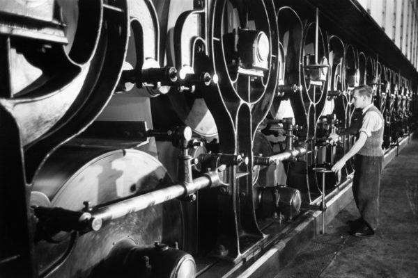 Operator reguluje taśmociąg w fabryce celulozy.