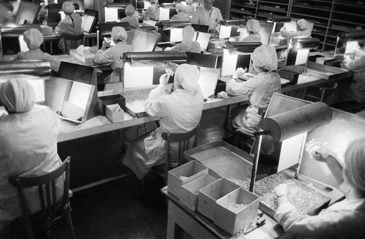 Pracownice na sali kontroli jakości weryfikują materiały kosmetyczne.