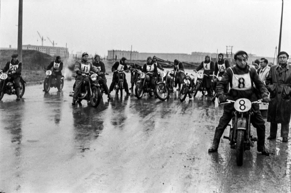 Motocykliści szykują siędo startu rajdu na mokrej, błotnistej drodze, nowobudowanego osiedla.