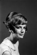 Modelka pozuje z nową fryzurą do zdjęcia, ujęcie en face.