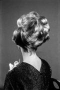 Modelka pozuje z nową fryzurą do zdjęcia.