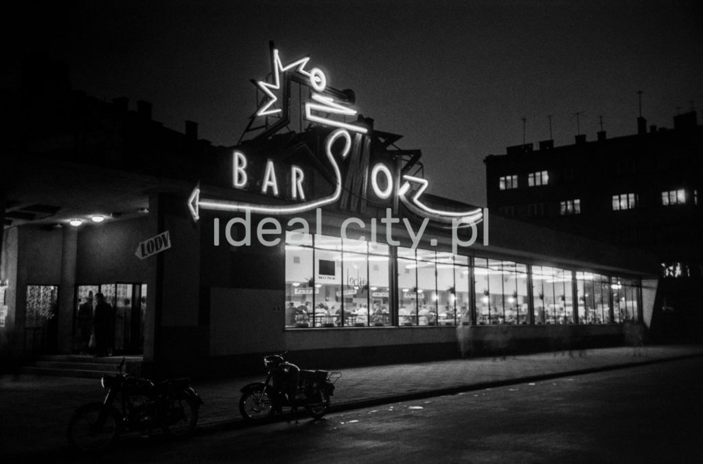 Neon z napisem Smok nad modernistycznym pawilonem barowym.