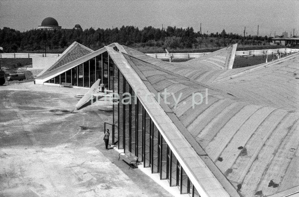 Ujęcie z góry na spadziste dachy modernistycznych pawilonów.