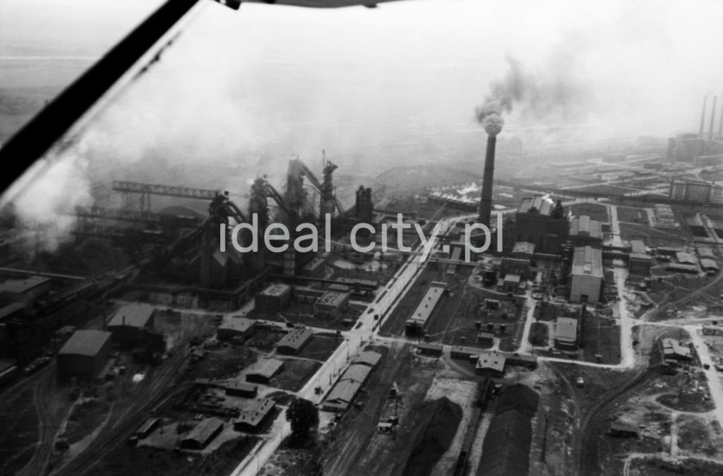 Ujęcie na dymiące kominy i budynki fabryczne.