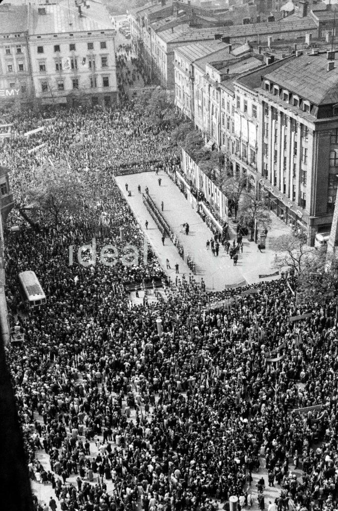 Ujęcie z góry na tłum zgromadzony przed trybuną na miejskim placu