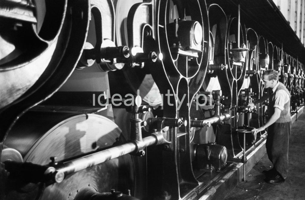 Maszynista reguluje ciąg maszyn w hali produkcyjnej