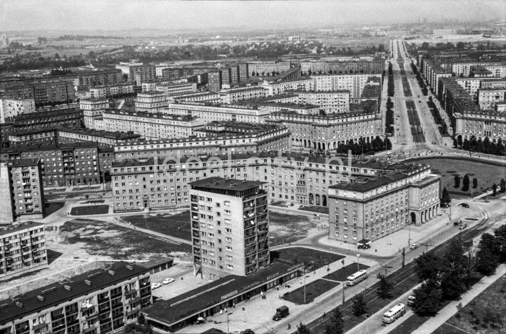 Widok z góry na kompleksy budynków mieszkalnych wzdłuż rozchodzących się centralnie ulic