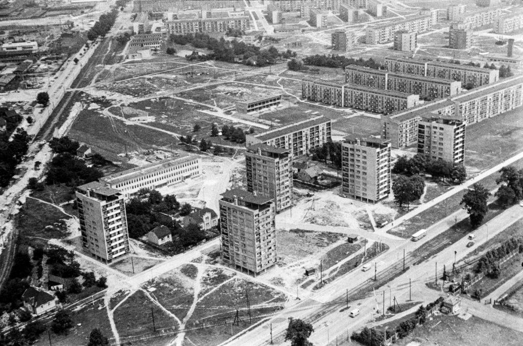 Ujęcie z góry na bloki mieszkalne o różnej wysokości.