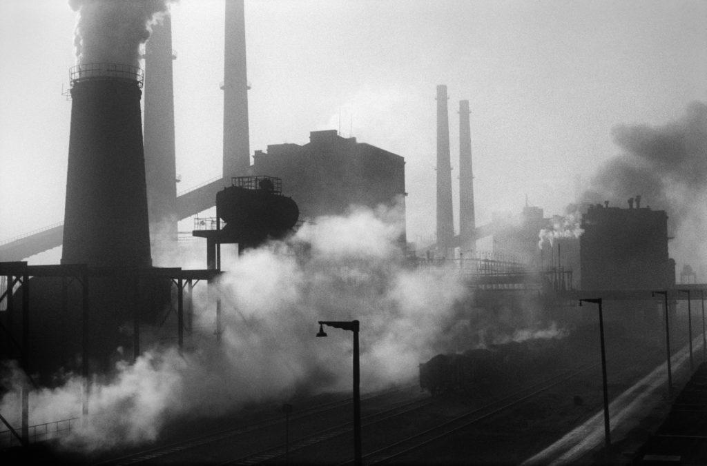 Kilkuplanowe ujęcie na intensywnie dymiące kominy.