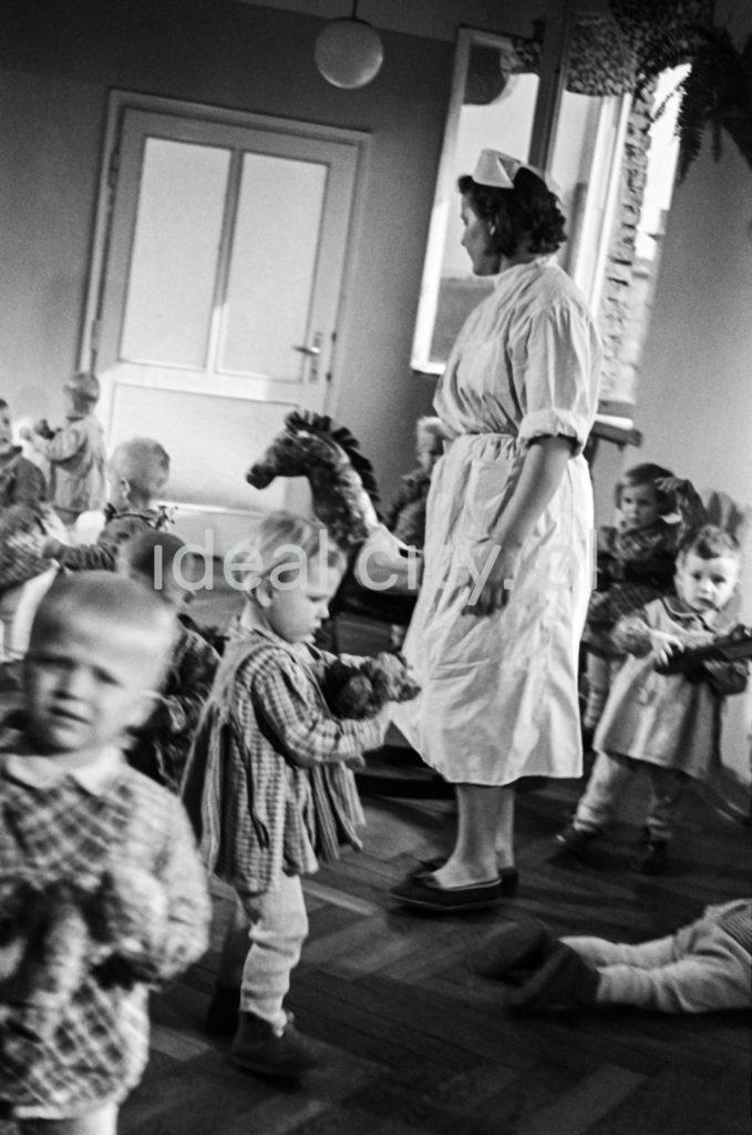 Dzieci i przedszkolanka w trakcie zabawy