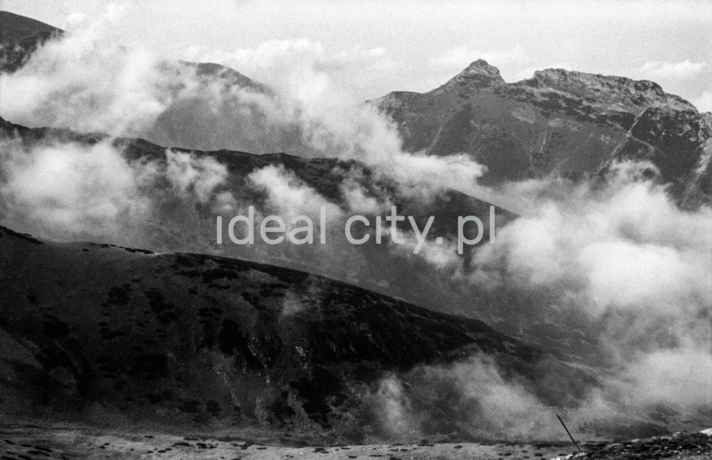 Panorama na zakryte częściowo chmurami tatrzańskie szczyty.