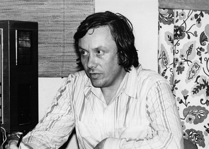 Portret sytuacyjny mężczyzny w jasnej koszuli.