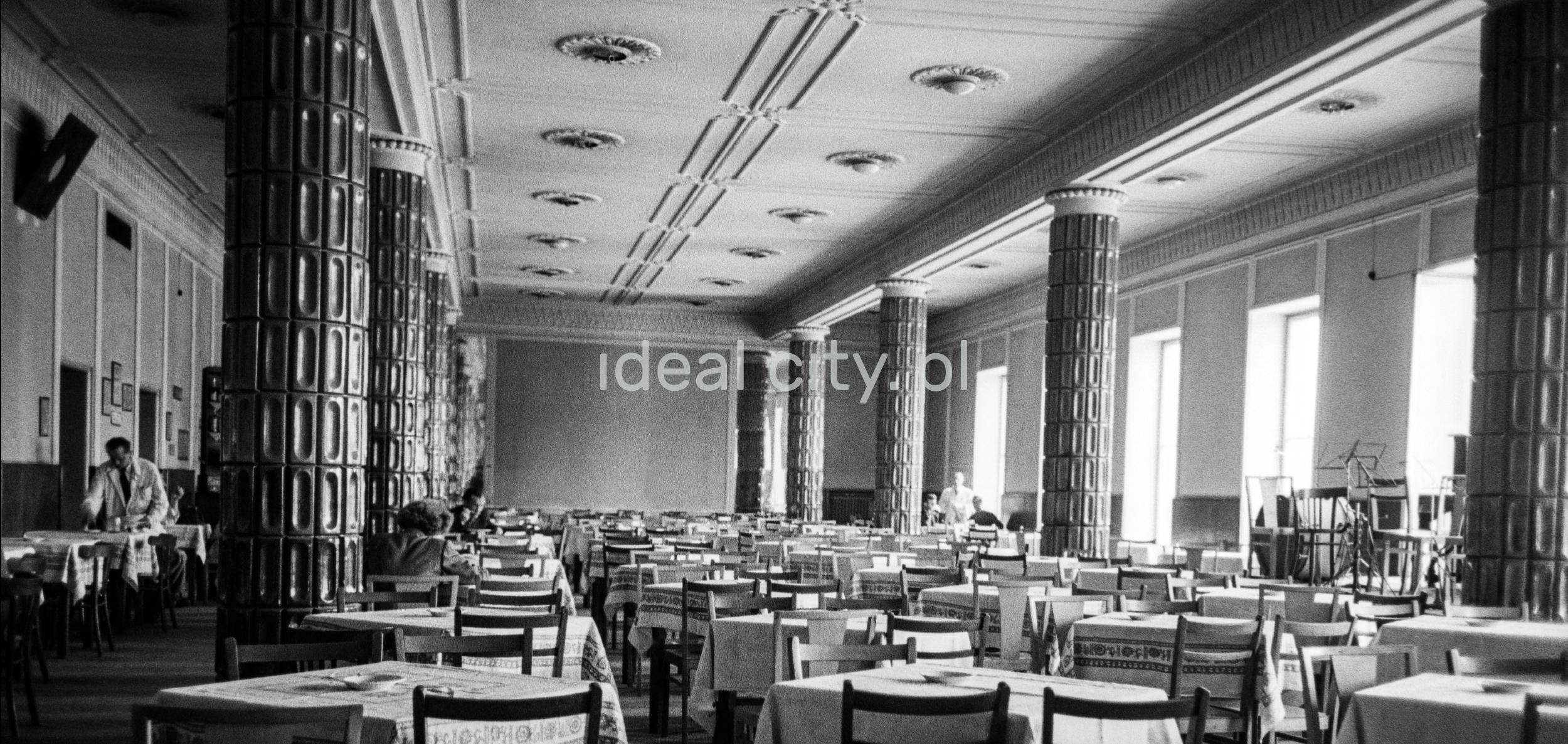 Perspektywiczne ujęcie na monumentalne wnętrze restauracji.