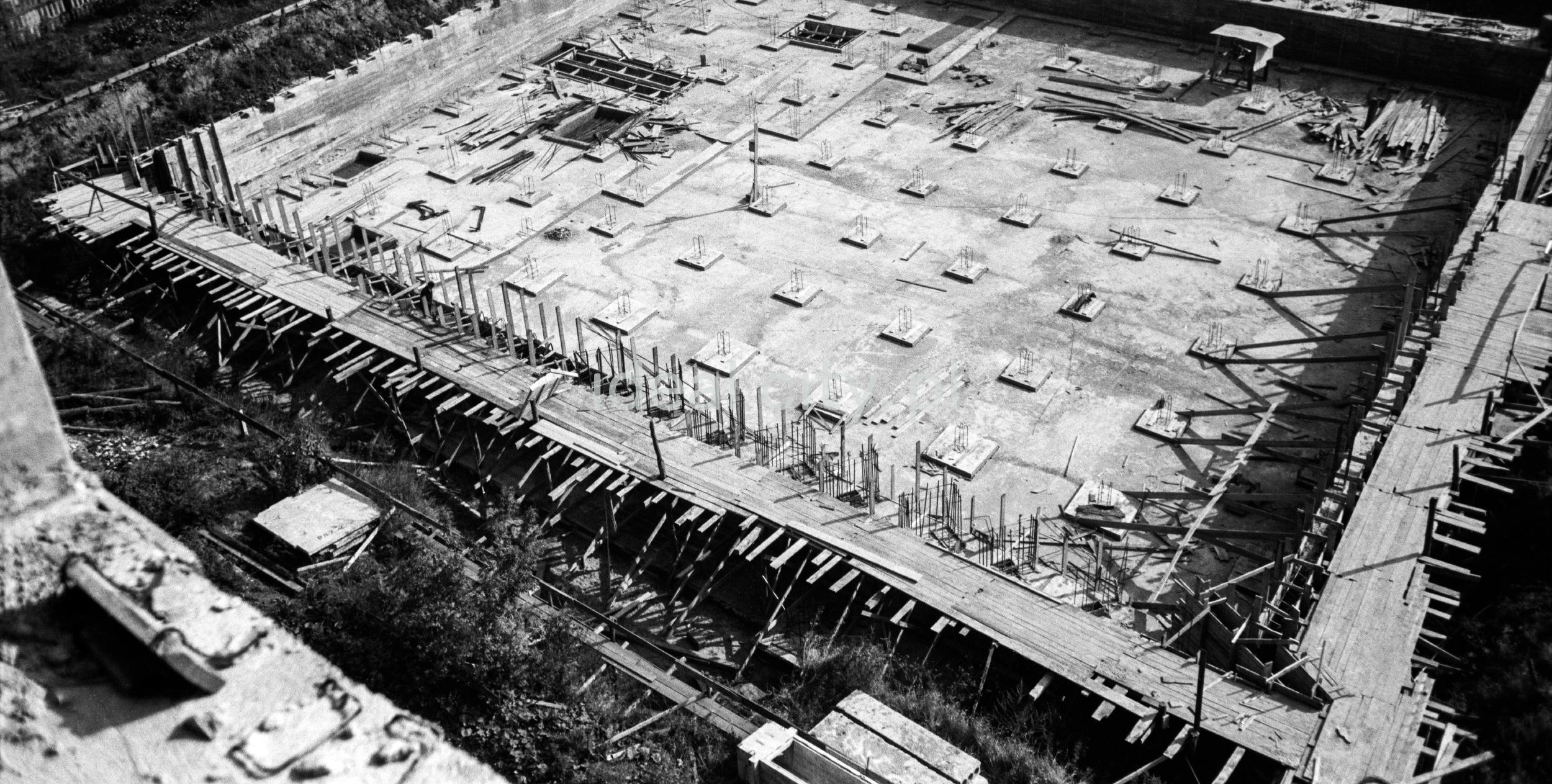 Ujęcie z góry na zbrojenia fundamentów budynku w trakcie budowy.