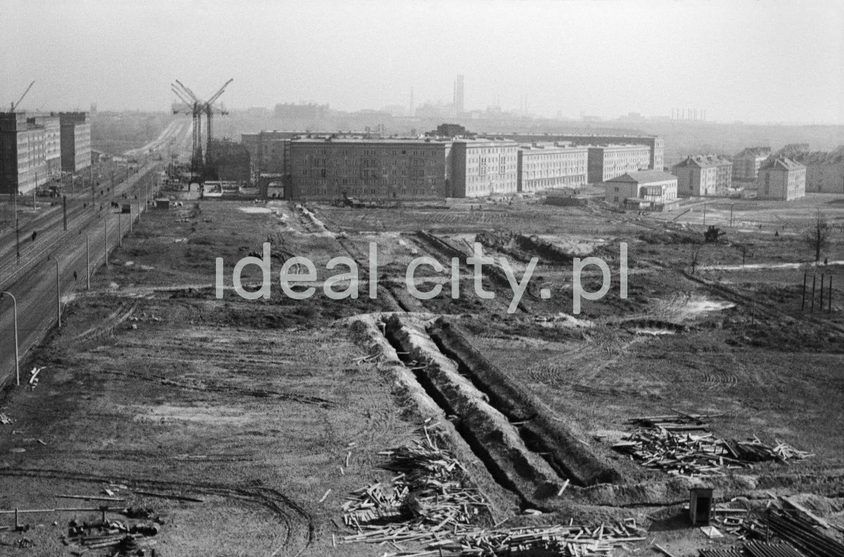 Widok z góry na teren nowobudowanego osiedla. W perspektywie już ukończone kompleksy budynków.