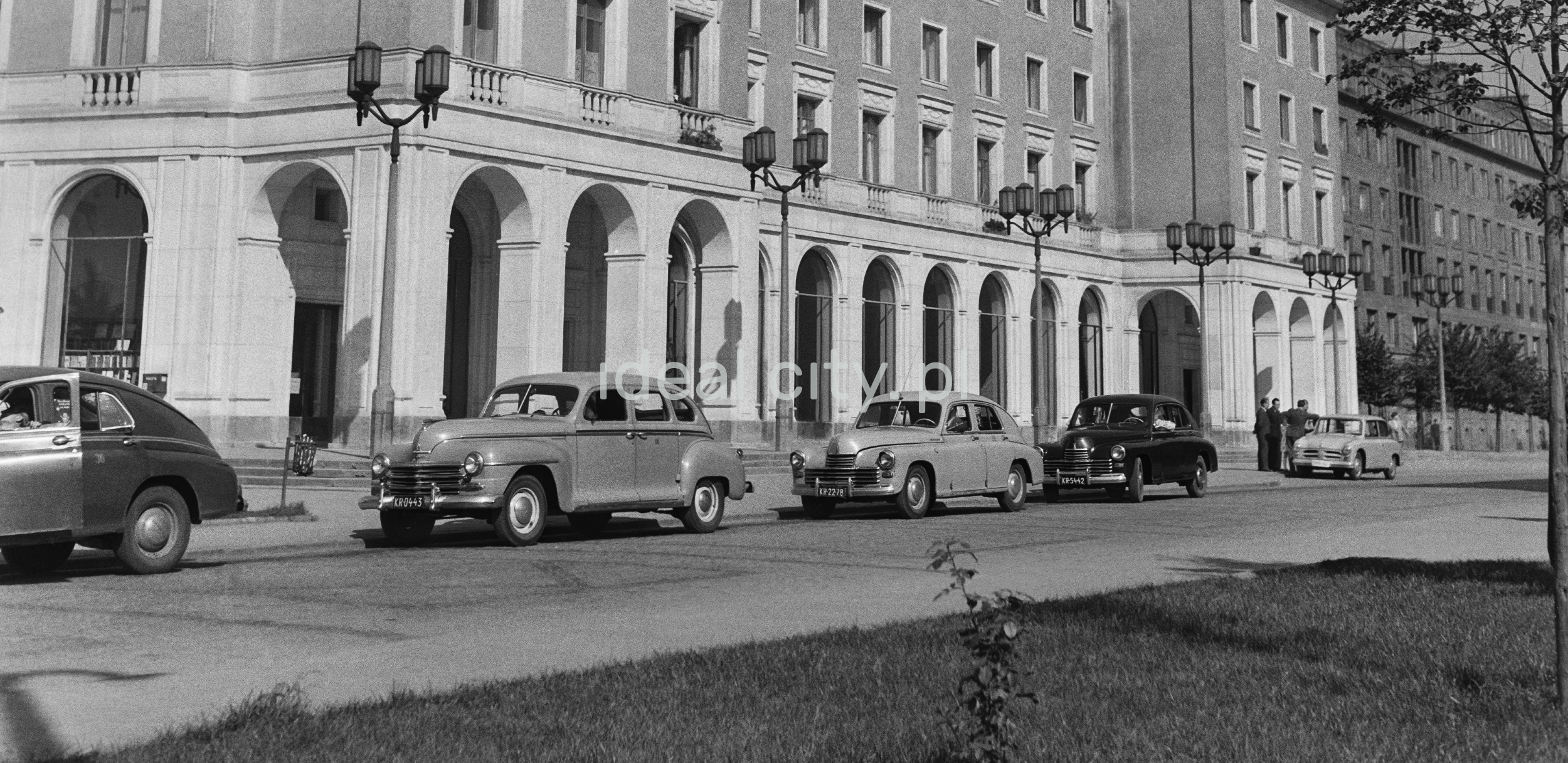 Postój taksówek przed reprezentacyjnymi arkadami socrealistycznego budynku.