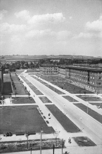 Widok od strony osiedli B-33 i C-33 (Słoneczne i Urocze) w kierunku północnym, tzw. oś śródmiejska (aleja Róż). W głębi, po prawej stronie widoczne domy mieszkalne na osiedlu B-2 Południe (Zielone), połowa lat 50. XXw.