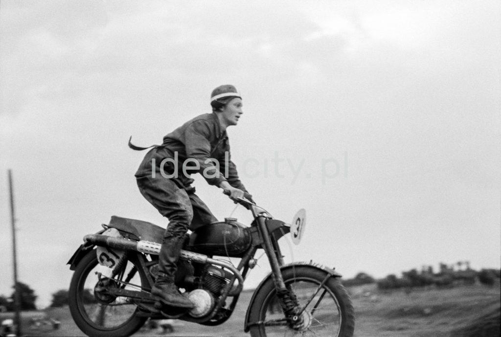 Motocyklista w trakcie skoku na swojej maszynie.