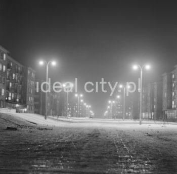 Night lights in Nowa Huta, Aleja Róż. On the left: Urocze Estate, on the right: Słoneczne Estate. Early 1960s.  Nocna iluminacja Nowej Huty, Aleja Róż. Po lewej Osiedle Urocze, po prawej Osiedle Słoneczne. Początek lat 60. XX w.  Photo by Wiktor Pental/idealcity.pl