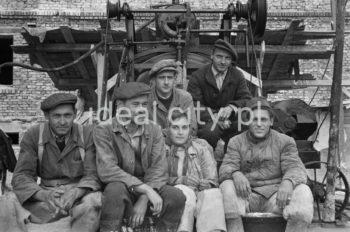 A team of bricklayers or plasterers on a Nowa Huta estate. Early 1950s.  Brygada murarzy lub tynkarzy na jednym z nowohuckich osiedli, początek lat 50.  Photo by Wiktor Pental/idealcity.pl