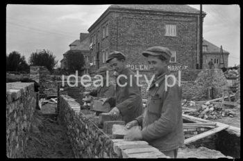 Construction of the Sportowe Estate. First half of the 1950s.  Budowa domów na Osiedlu Sportowym, pierwsza połowa lat 50. XX w.  Photo by Wiktor Pental/idealcity.pl