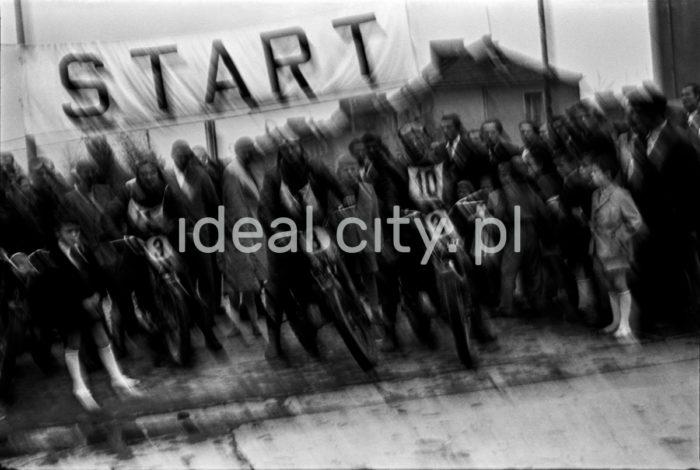 Contestants in a motorbike race organised by the Nowa Huta Motor Club (later the LOK Motor Training Centre), 1954.  Zawodnicy podczas rajdu motocyklowego zorganizowanego przez nowohucki klub motorowy (późniejszy Ośrodek Szkolenia Motorowego LOK), 1954.  Photo by Wiktor Pental/idealcity.pl