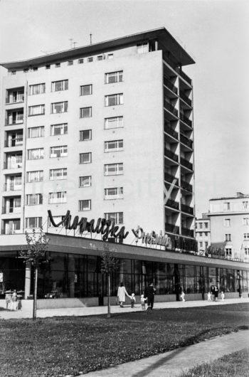 """A ten-storey tower block, so-called helicopter, built in the post-thaw era on the D-31 (Centrum D) Estate, designed by architects Kazimierz Chodorowski and Stefan Golonka (constructed after 1957) with the """"Ciastkarnia Bambo"""" pavilion housing shops. Late 1950s or early 1960s.  Dziesięciopiętrowy punktowiec tzw. helikopter zbudowany w okresie poodwilżowym na osiedlu D-31 (Centrum D) wg. proj. architektów: Kazimierza Chodorowskiego i Stefana Golonki, (wybudowany po 1957 roku) z pawilonem handlowo-usługowy """"Ciastkarnią Bambo"""", koniec l.50.XX w. lub pocz. l. 60. XX w.  fot. Henryk Makarewicz/idealcity.pl"""