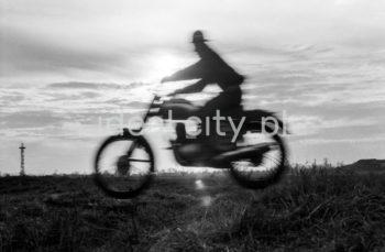 A motorcycle race in Nowa Huta Meadows; on the left: parachute tower. 1950s.  Zawody motocyklowe na Łąkach Nowohuckich, po lewej widoczna wieża spadochronowa, lata 50. XX w.  Photo by Wiktor Pental/idealcity.pl